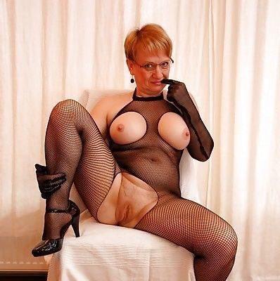 Sexgeile MILF steht auf Nylon und Stiefel